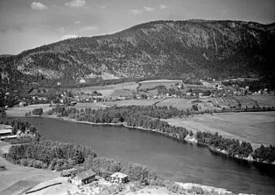 Nordengen i forgrunn Solbergmoen og Solbergelva i bakgrunn
