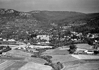 Solberg Spinneri Ulverud gård til høyre. Solbergelva
