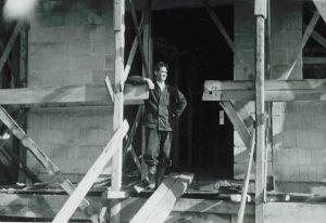 Bilde-03-12-LIFA-1949-Eskild-Nilsen-i-døråpningen.jpeg
