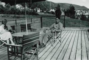 Bilde-03-15-Edith-og-Johan-på-verandaen-Lifa-1950.jpeg