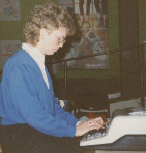 Bilde-11-06-Else-i-kontor-i-spisesalen-1983.jpeg