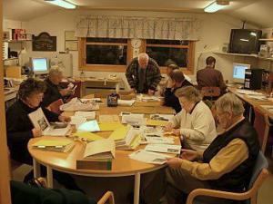 Bildet er tatt på Solberg Bibliotek en torsdag kveld og viser litt av aktiviteten til Eiker Arkiv i Nedre Eiker. Arkivet flyttet i mars 2009 til Kanselliet på Solberg Spinderi. Foto: Frode Caspersen.