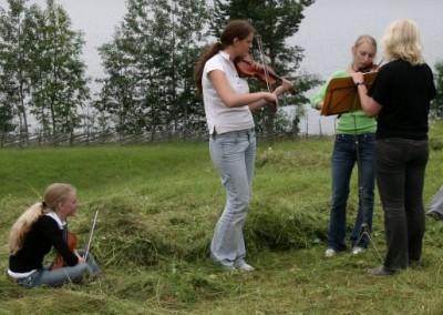 Trolsk musikk i enga!