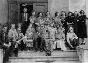 Bilde-04-03-Ansatte-på-trappen-LIFA-1957.jpeg