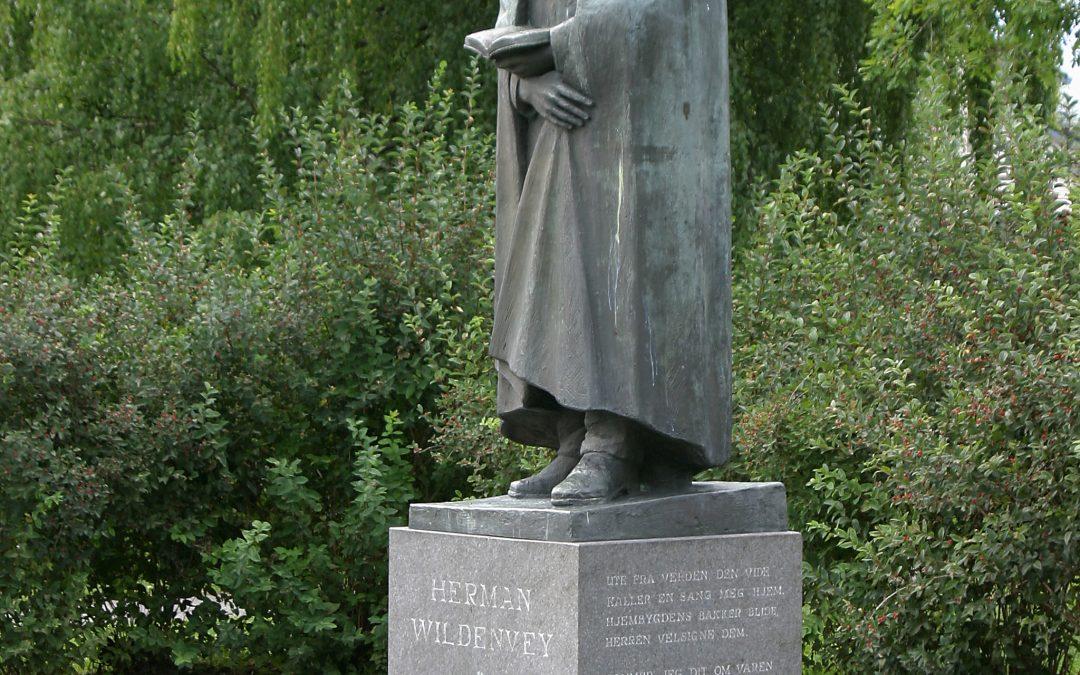 Johan M. Mikkelsen og statuen av Herman Wildenvey